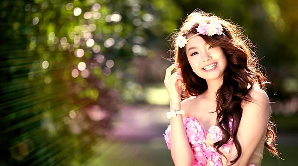 Khi ra ngoài Minh Hằng càngđiệu đà hơn.Trông cô nàng lúc nào cũng mơ mộng, yêu đời và truyềnnăng lượng tích cực đến mọi người xung quanh.