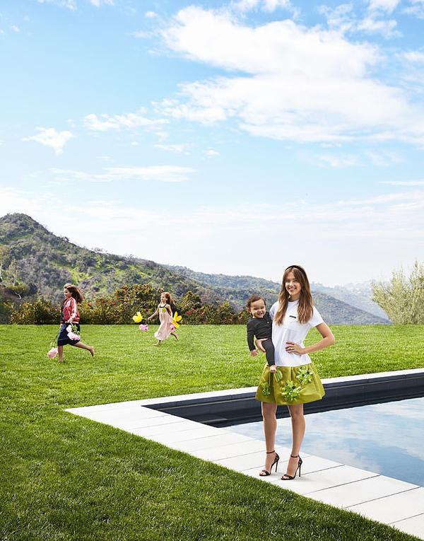 Gia đình cô hiện sống tại biệt thự thơ mộng ở Los Angeles.