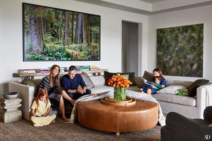 Những năm gần đây, Jessica Alba hạn chế đóng phim để chăm sóc gia đình và điều hành The Honest Company - công ty sản xuất đồ sơ sinh và đồ gia dụng thân thiện với môi trường. Năm nay, cô chỉ tham gia duy nhất bộ phim truyền hình L.A.s Finest.
