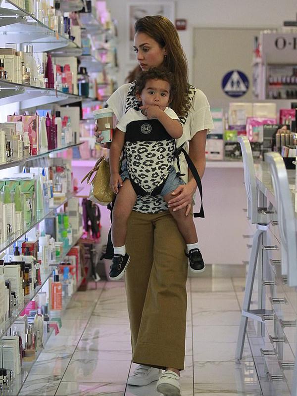 Jessica Alba một mình đưa con trai út dạo phố shopping trong khi hai con gái lớn của cô đi học. Dù để mặt mộc, bà mẹ ba con vẫn trẻ trung, xinh đẹp.