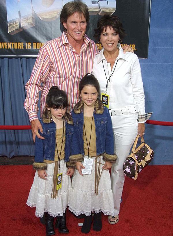 Caitlyn (khi chưa chuyển giới) đến thảm đỏ cùng vợ và hai cô con gái Kendall, Kylie.