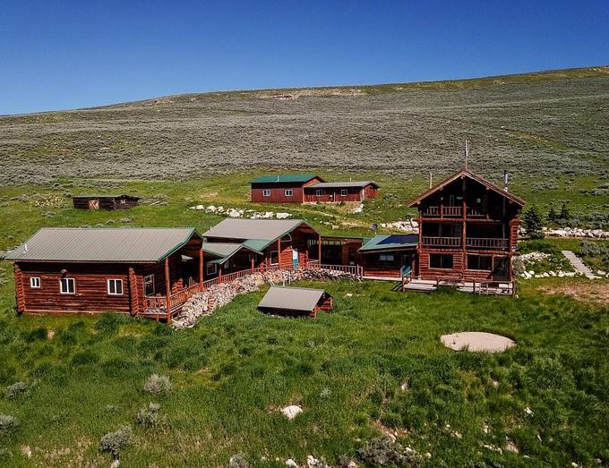 Điền trang trải dài trên diện tích hơn 2.700 ha, gồm đồng cỏ, rừng cây và hồ. Giữa cơ ngơi này là ngôi nhà gỗ 5 phòng ngủ đầy đủ tiện nghi.