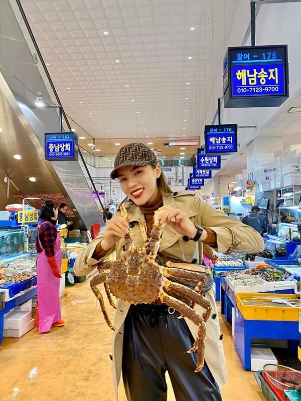 Hoa hậu Việt Nam chia sẻ, lâu lắm rồi mới có cảm giác đi chợ hải sản và mặc cả lia lịa. Đi hàng đầu tiên mặc cả lên mặc cả xuống không được, đi thêm bốn, năm hàng thì cuối cùng mua ở hàng thứ năm với giá như hàng thứ nhất, người đẹp kể về lần trả giá không thành công của mình.