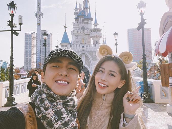 Á hậu Phương Nga và bạn trai Bình An hào hứng selfie khi du lịch Hàn Quốc.