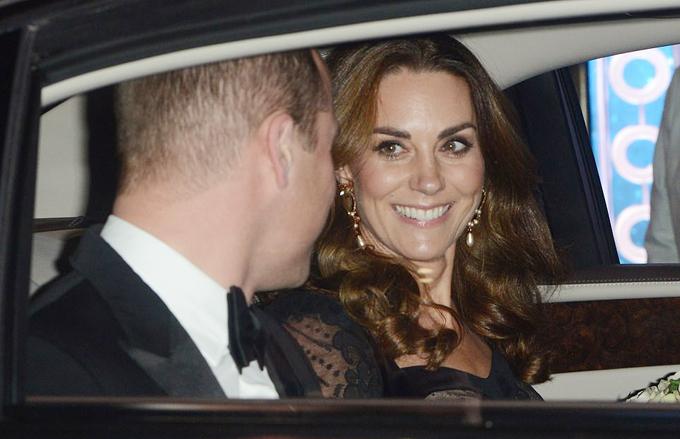 Tối 18/11 (theo giờ địa phương), Công tước và Nữ công tước xứ Cambridge có mặt tại chương trình đại nhạc hội Royal Variety. Đây là lần thứ ba vợ chồng Kate Middleton và Hoàng tử William tham dự chương trình diễn ra hàng năm (ở London hoặ