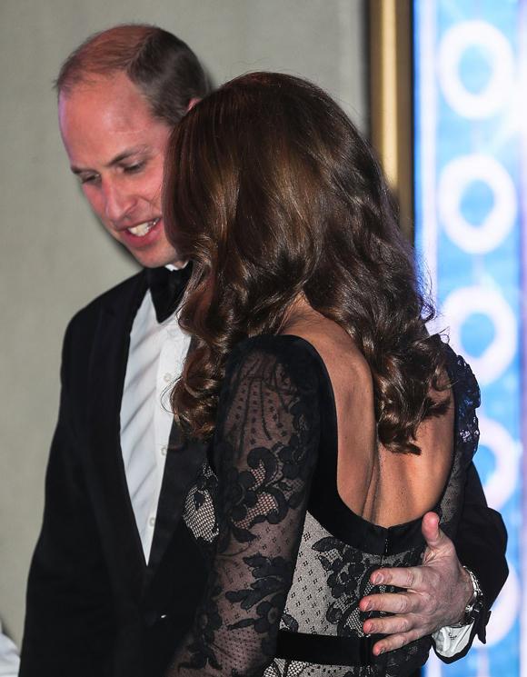 Hoàng tử 37 tuổi đặt tay lên lưng vợ khi cả hai bước vào trong nhà hát.