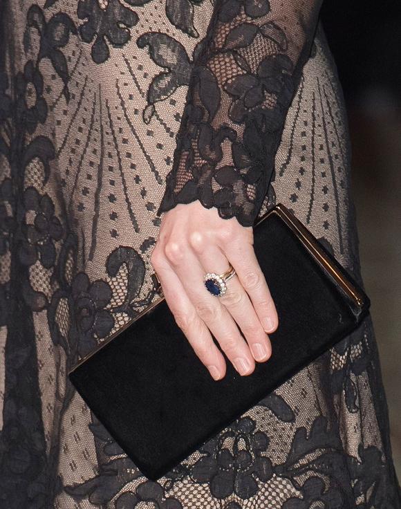 Ngoài đôi hoa tai bằng vàng với thiết kế đặc biệt đính ngọc trai và nhẫn đính hôn, Kate không đeo thêm trang sức nào khác.
