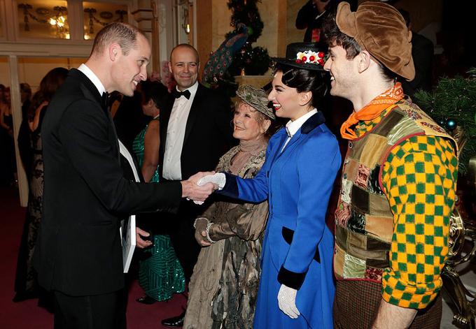 Hoàng tử William bắt tay với một trong những nữ nghệ sĩ của buổi biểu diễn.
