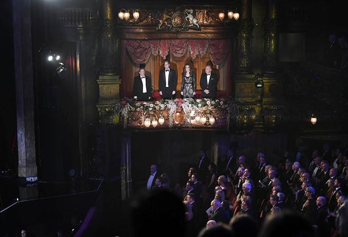 Khi vào bên trong rạp hát, vợ chồng William - Kate ngồi trên ban công VIP để tiện theo dõi chương trình.