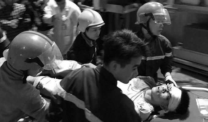 Lực lượng cứu hộ đưa người bị nạn ra ngoài, chuyển đến bệnh viện.