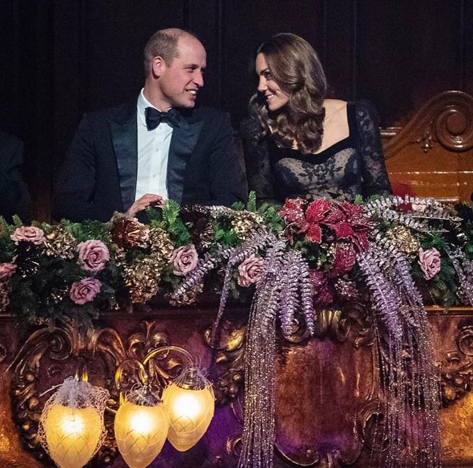 Cuối ngày, Instagram của nhà Cambridge chia sẻ bức ảnh William và Kate quang sang cười nói với nhau ở sự kiện.