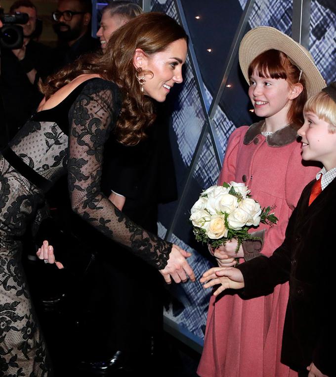 Hai em bé được giao nhiệm vụ tặng hoa cho Nữ công tước xứ Cambridge.