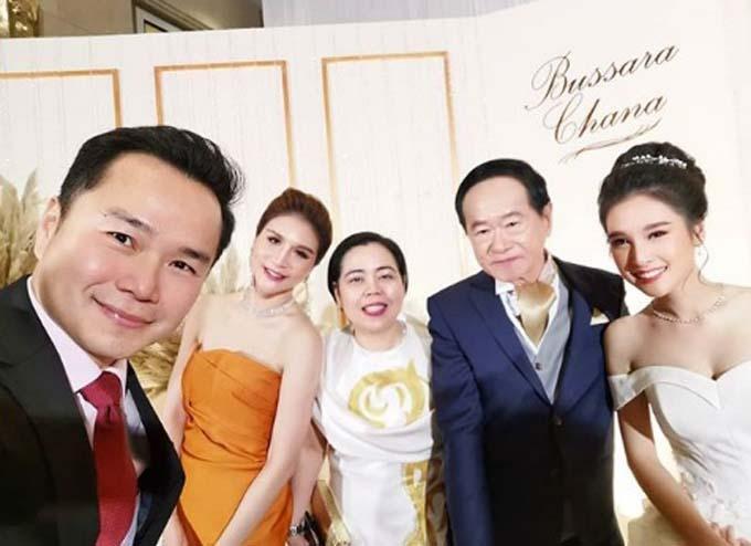 Chettha Songthaveepol (trái) chụp cùng cô dâu chú rể và hai vị khách ở đám cưới. Ảnh: Instagram.