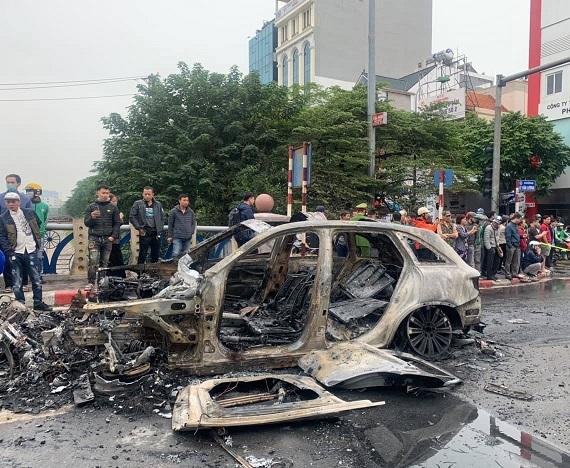 Các phương tiện bị thiêu rụi sau vụ tai nạn. Ảnh: Nguyễn Ngoan.