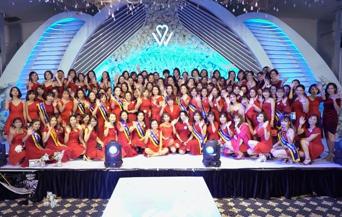 Tham dự sự kiện có CEO Đặng Thị Hằng, ban lãnh đạo công ty, đối tác nhà máy sản xuất Hàn Quốc, ca sĩ Đinh Kiến Phong, Á quân The Voice 2019 Võ Đức Trí, vũ đoàn Grammy... cùng 500 gương mặt xuất sắc của công ty. Các khách mờichọn trang phục màu đỏ nổi bật.