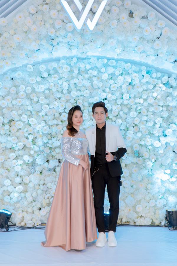 CEO Khánh Linh An cùng ca sĩ Đinh Kiến Phong.