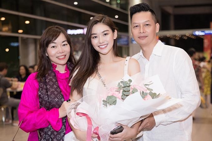 Á hậu Tường San bên cạnh bố mẹ khi về nước hôm 19/11.