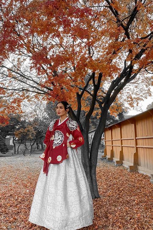 BB Trần giả gái trong bộ trang phục Hanbok truyền thống của Hàn Quốc.