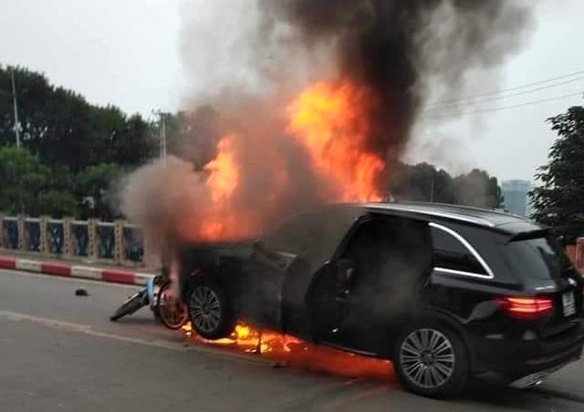 Xe Mercedes gây tai nạn liên hoàn, một người chết