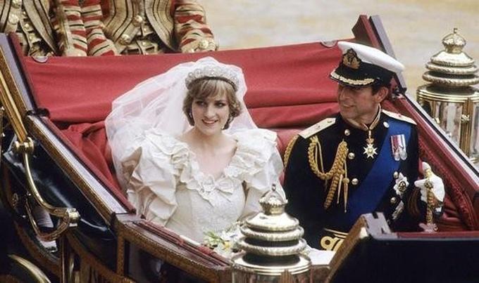 Các cô dâu, chú rể hoàng gia Anh phá quy tắc trong lễ cưới - 1