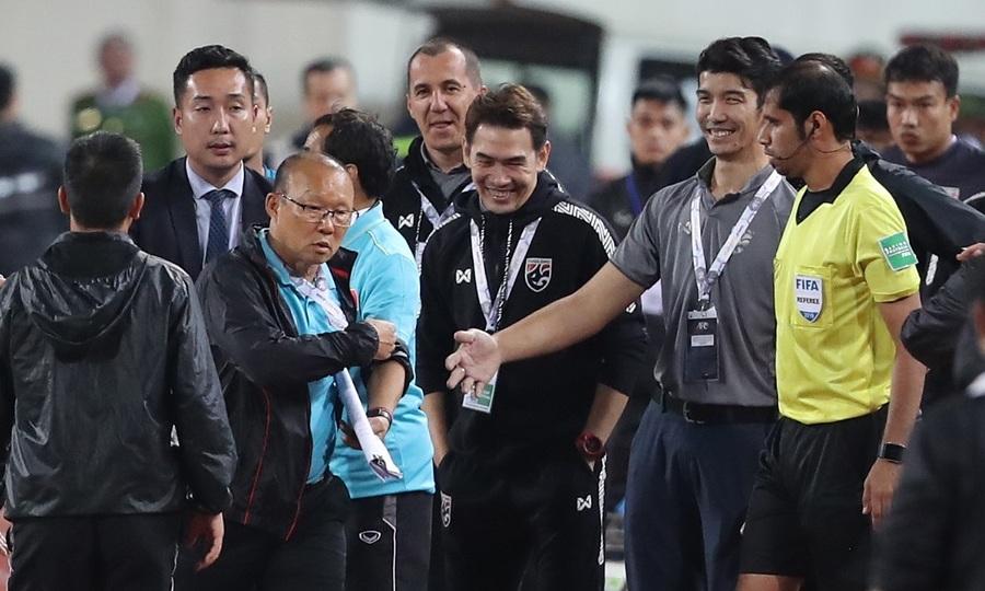 Trợ lý Thái Lan cười khiêu khích HLV Park