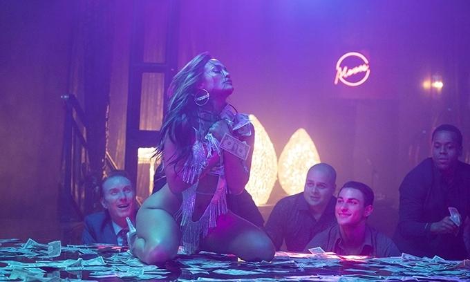 Jennifer Lopez vào vai vũ nữ thoát y.