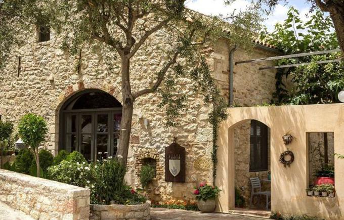 Khách sạn Familia ở thị trấn Vathy, đảo Ithaca, Hy Lạp, nơi du khách 40 tuổi người Anh bị giết hôm 16/11. Ảnh: Ithaca Island.