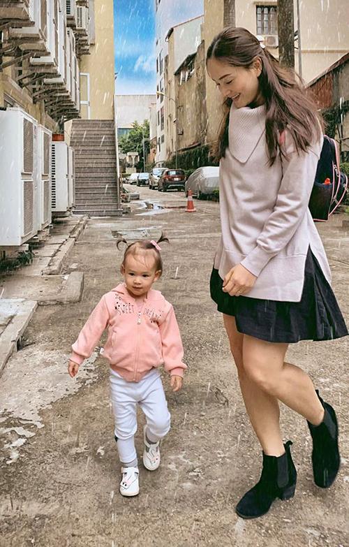 Không khí lạnh đã về rồi, đừng vội đi mất nhé, diễn viên Lan Phương bình luận về bức ảnh đưa con gái Lina đi học.