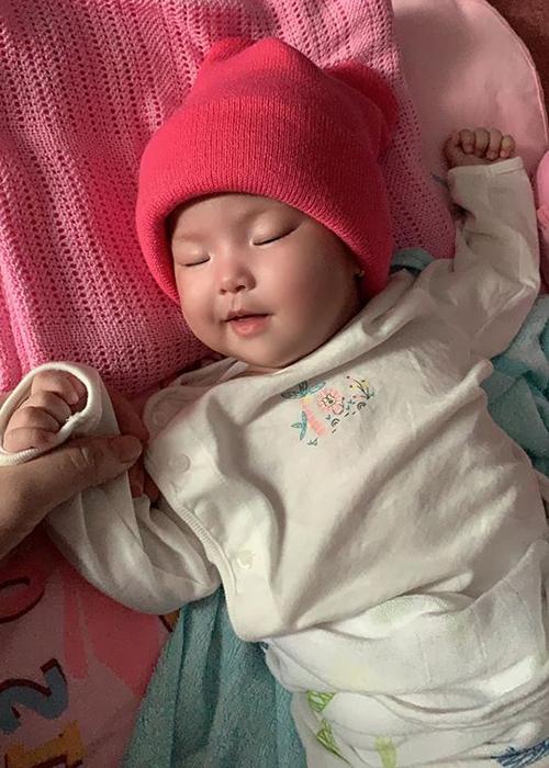 Con gái Lê Phương cười duyên khi ngủ.