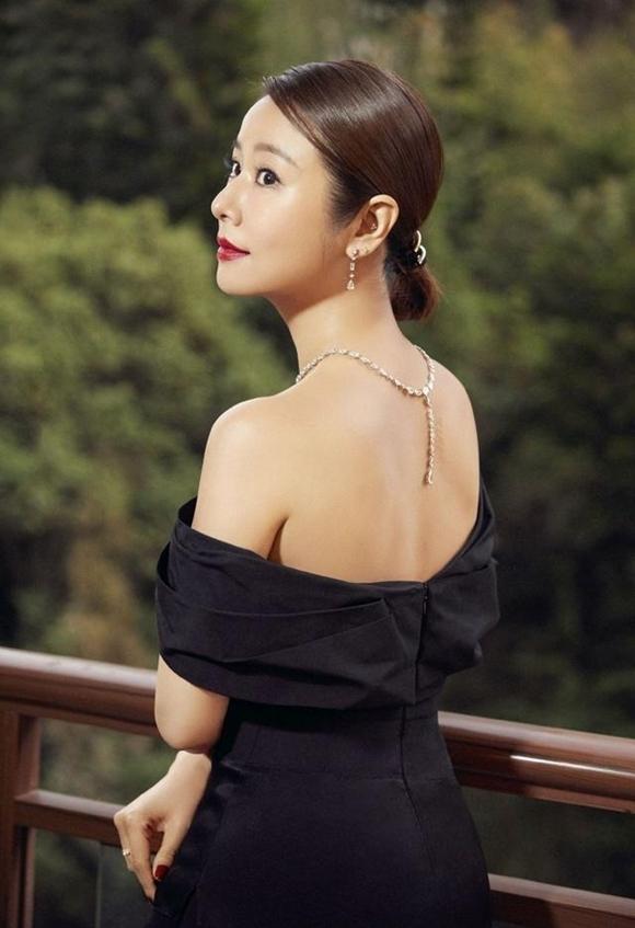 Nữ diễn viên khoe lưng và vai trần trong bộ ảnh. Các tờ báo Sina, Sohu đều khen ngợi Lâm Tâm Như ở tuổi 43 và đã là mẹ một con nhưng nhan sắc trẻ trung, vóc dáng gợi cảm.