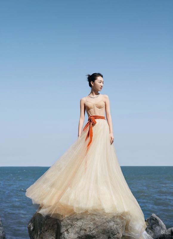 Tiểu hoa đán Châu Đông Vũ ngày càng nổi tiếng trong showbiz. Năm nay, cô được đề cử Nữ diễn viên chính xuất sắc với phim điện ảnh Chúng ta của sau này.