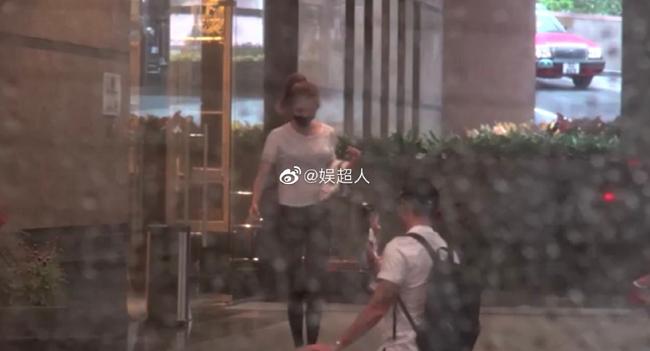 Nơi cặp đôi ở được cho là rất gần với nhà của Lâm Phong - tình cũ của Ngô Thiên Ngữ. Tài tử Lâm Phong hiện bận rộnchuẩn bị cho đám cưới sẽ diễn ra vào tháng 12 tới, cô gái anh chọn làm vợ tên Trương Hinh Nguyệt, người Đại lục.