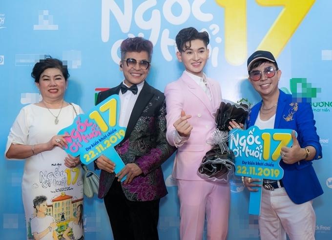 Kết thúc công việc MC tại sự kiện của Nhật Kim Anh vào đầu giờ chiều, Thanh Bạch tới xem phim của nhà sản xuất - doanh nhân Dung Bình Dương (ngoài cùng bên trái). Chị từng đầu tư phim Chú ơi đừng lấy mẹ con vào năm ngoái.