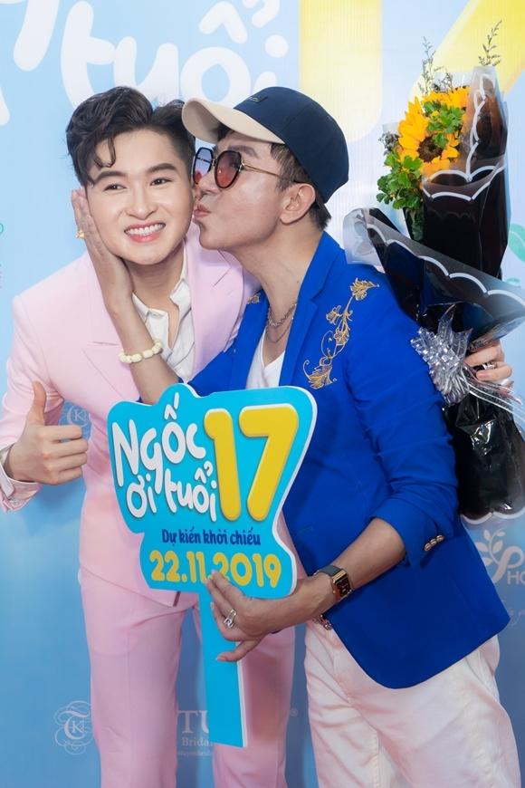 Long Nhật hôn má con trai nuôi Minh Nhí để chúc mừng anh có phim đầu tay đóng vai chính.