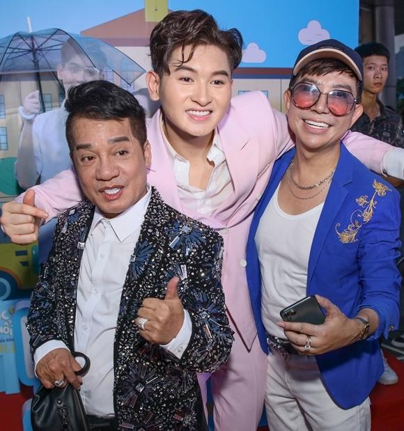 Ca sĩ Long Nhật (áo xanh) cùng danh hài Minh Nhí tới dự sự kiện tại TP HCM.