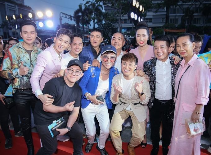 Huỳnh Lập (thứ ba từ phải sang) hội ngộ các nghệ sĩ. Ca sĩ Đan Trường và hot girl Jun Vũ đóng vai phụ trong phim vắng mặt ở buổi ra mắt.