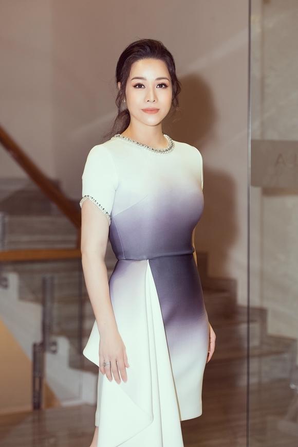 Tuần trước, nữ diễn viên tố cáo chồng cũ - doanh nhân Bửu Lộc ngăn cản cô gặp con trai. Chị gái cô cũng chỉ trích em rể từng đánh Nhật Kim Anh, còn Bửu Lộc thì phủ nhận. Trong sự kiện chiều qua, người đẹp từ chối trả lời báo chí về những lùm xùm đời tư này.