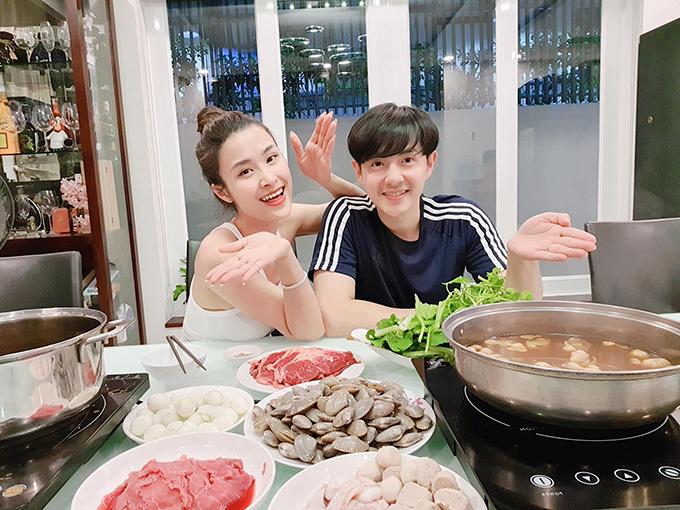 Trở về nước sau tuần trăng mật tại Singapore, vợ chồng Đông Nhi - Ông Cao Thắng được bố mẹ đãi một bữa ăn thịnh soạn.