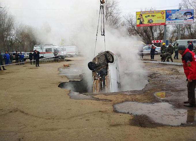 Đội cứu hộ Penza, Nga trục vớt chiếc ôtô chưa thi thể hai người đàn ông lên khỏihố nước nóng hôm 19/11. Ảnh: East2west News.
