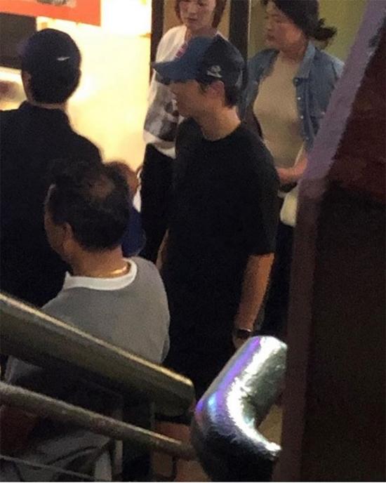 Trước đó một ngày, Song Joong Ki cũng xuất hiện tại một cửa hàng ăn ở Hawaii.