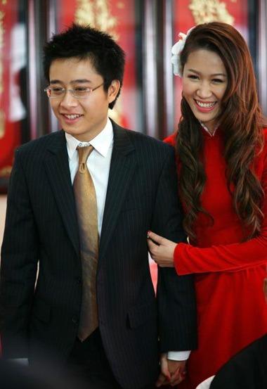 Hoa hậu Phụ nữ toàn thế giới - Mrs Worldwide 2018 Dương Thùy Linh bên chồng Việt Thắng ở lễ rước dâu.