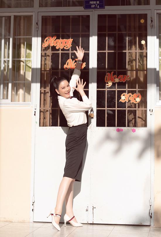 Nữ diễn viên giơi thiệu phòng học đã quen thuộc với cô từ thời niên thiếu.