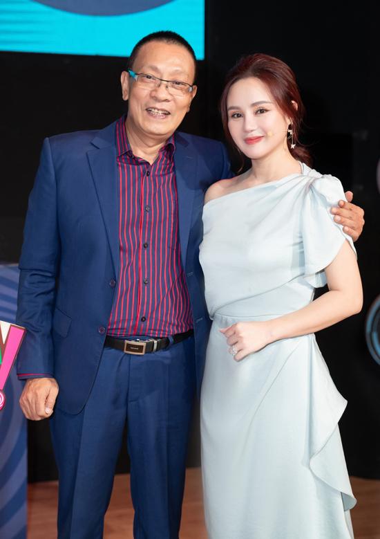 MC Lại Văn Sâm nồng nhiệt chào đón nữ ca sĩ tới trường quay Ký ức vui vẻ.