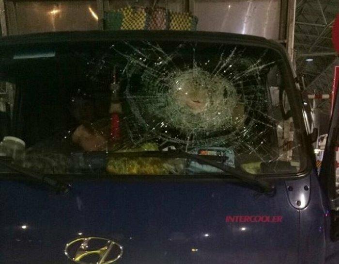 Chiếc ô tô tải bị ném vỡ kính. Ảnh: C.A