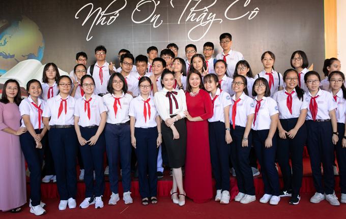 Lý Nhã Kỳ chụp ảnh cùng các em học sinh và giáo viên của Trường THCS Nguyễn An Ninh.