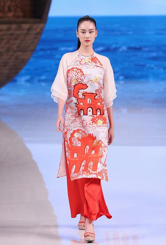 Mẫu trang phục của nhà mốt Trung Quốc có phom dáng, sắc màu và hoạ tiết giống đến 99% thiết kế của Thuỷ Nguyễn.