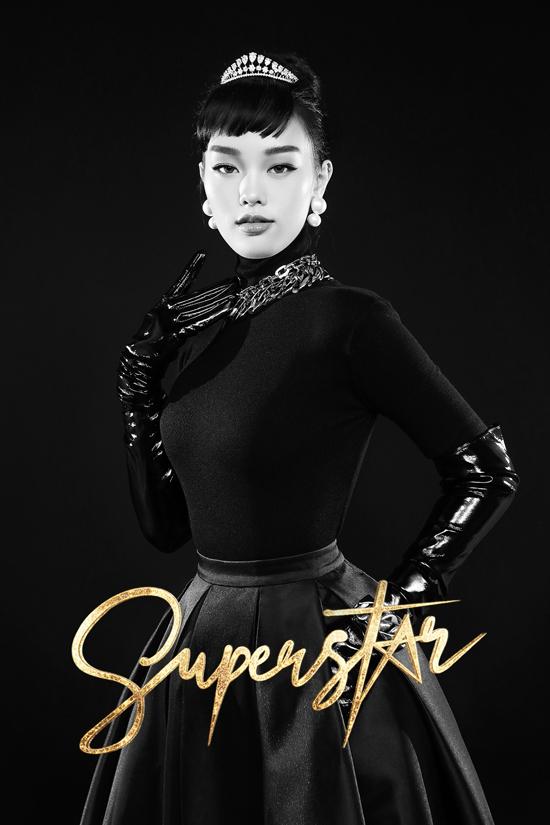 Chiếc đầm đen little black dress làm nên hình ảnh cổ điển, lôi cuốn cho Audrey Hepburn. Thế nên, Lenka cũng được Chung Thanh Phong đầu tư hình ảnh tương tự với bộ cánh đen tuyền, tóc búi cao mái chéo, găng tay và vòng cổ.
