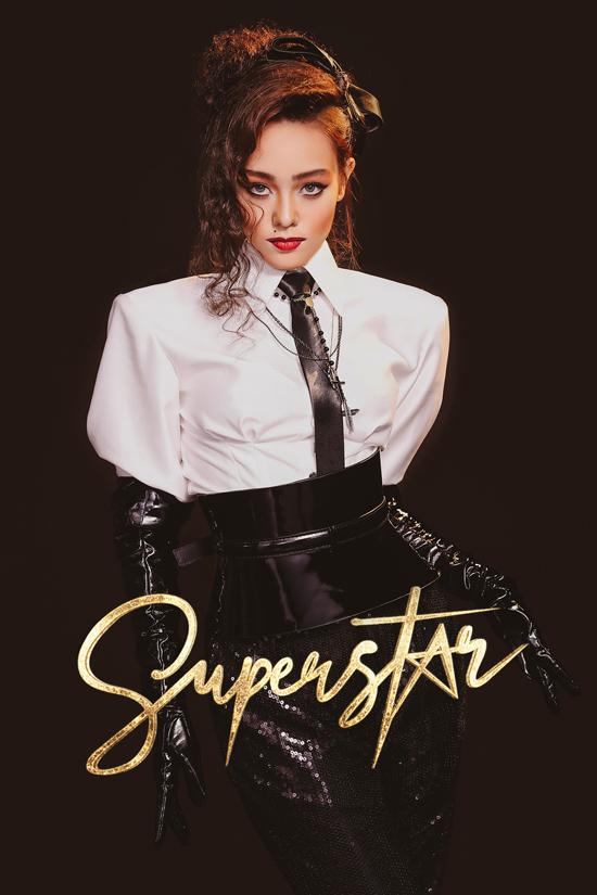 Hình ảnh gợi nhớ đến Madonna, biểu tượng nữ quyền của làng mốt thế giới với phong cách gợi cảm, táo bạo, đầy nổi loạn, sexy.
