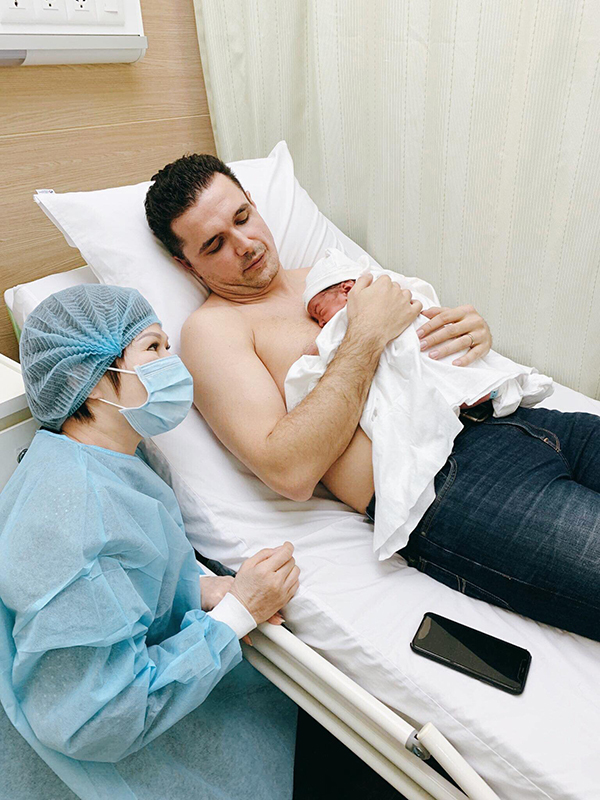 3h chiều ngày 21/11, Phương Mai sinh con trai đầu lòng nặng 3,2kg bằng phương pháp sinh mổ. Em bé được nhận xét là thừa hưởng nhiều nét đẹp từ bố. Cô dự định ở lại viện khoảng 4 ngày trước khi về nhà.