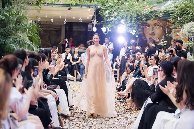 Mang bầu ở tháng thứ 8, Phương Mai đảm nhận vai trò người mẫutrong show diễn của nhà thiết kế Hà Duy tại Hà Nội.